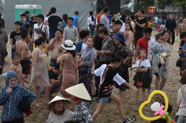 Biển người đổ về Sầm Sơn tắm biển ngày đầu kỷ nghỉ lễ Giỗ tổ Hùng Vương - Ảnh 5.