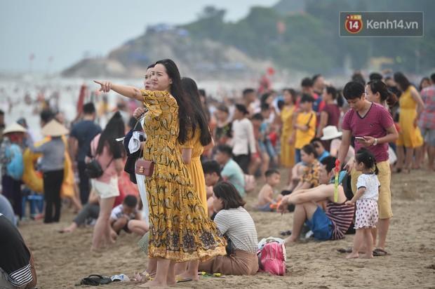 Biển người đổ về Sầm Sơn tắm biển ngày đầu kỷ nghỉ lễ Giỗ tổ Hùng Vương - Ảnh 13.