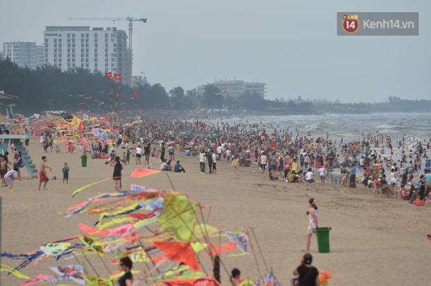 Biển người đổ về Sầm Sơn tắm biển ngày đầu kỷ nghỉ lễ Giỗ tổ Hùng Vương - Ảnh 12.