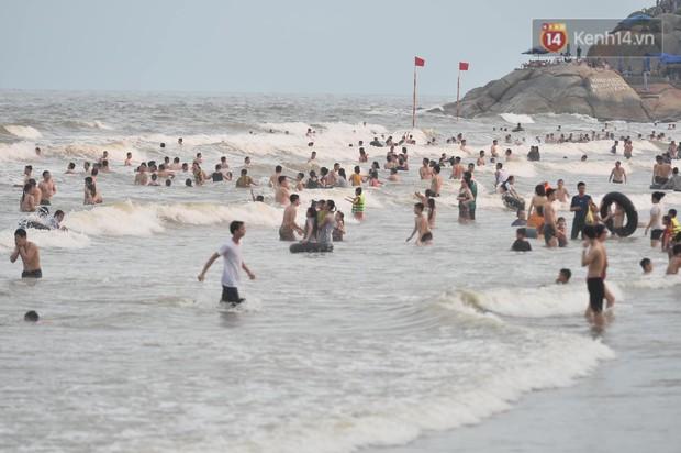 Biển người đổ về Sầm Sơn tắm biển ngày đầu kỷ nghỉ lễ Giỗ tổ Hùng Vương - Ảnh 10.