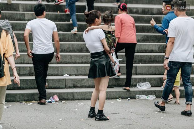 Bất chấp biển cấm, nhiều du khách vẫn mặc váy ngắn quần cộc đến lễ hội Đền Hùng - Ảnh 3.