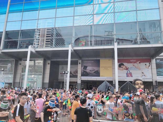 Hàng ngàn bạn trẻ Việt đang đổ về Bangkok để hoà vào dòng người chơi té nước Songkran! - Ảnh 1.
