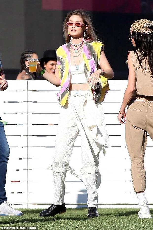 Dàn sao nổi tiếng thế giới quy tụ tại Coachella 2019: Selena đụng độ Hailey Bieber, Black Pink quá nổi giữa dàn sao - Ảnh 8.