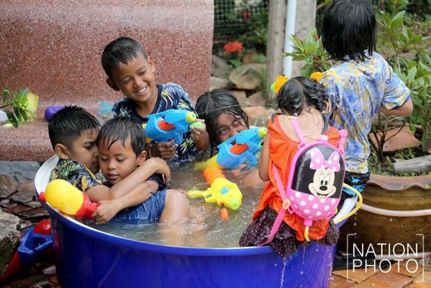 Songkran 2019: Bangkok bùng nổ với các màn té nước vui hết nấc, người dân Yangon lại té xà phòng độc đáo - Ảnh 9.
