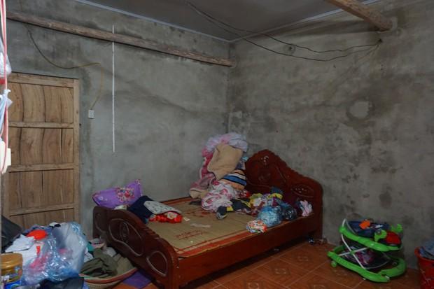 Quá nửa đêm, thân nhân của gia đình 4 người tử vong trong vụ cháy ở Hà Nội vẫn thất thần ngồi chờ thi hài của người thân - Ảnh 5.