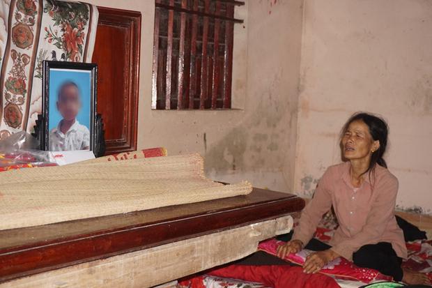 Quá nửa đêm, thân nhân của gia đình 4 người tử vong trong vụ cháy ở Hà Nội vẫn thất thần ngồi chờ thi hài của người thân - Ảnh 3.