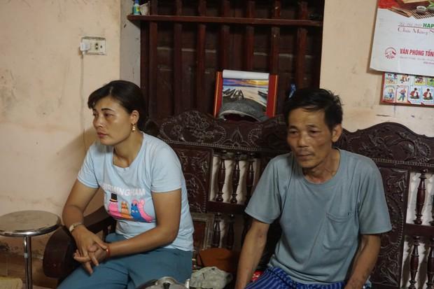 Quá nửa đêm, thân nhân của gia đình 4 người tử vong trong vụ cháy ở Hà Nội vẫn thất thần ngồi chờ thi hài của người thân - Ảnh 1.