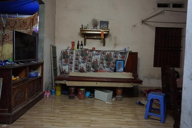 Quá nửa đêm, thân nhân của gia đình 4 người tử vong trong vụ cháy ở Hà Nội vẫn thất thần ngồi chờ thi hài của người thân - Ảnh 2.
