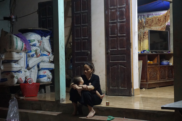 Quá nửa đêm, thân nhân của gia đình 4 người tử vong trong vụ cháy ở Hà Nội vẫn thất thần ngồi chờ thi hài của người thân - Ảnh 4.