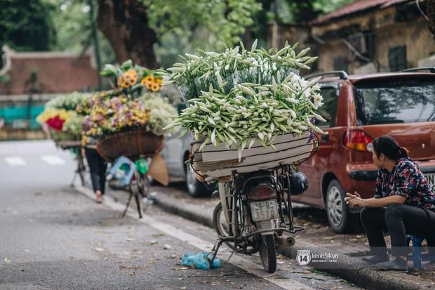 Hà Nội tháng 4: Hoa loa kèn nở e ấp trên phố, từng cánh trắng muốt và thoảng hương dịu ngọt - Ảnh 2.