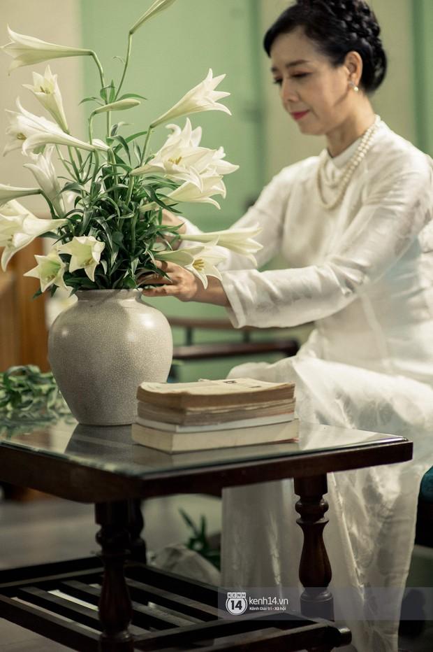 Hà Nội tháng 4: Hoa loa kèn nở e ấp trên phố, từng cánh trắng muốt và thoảng hương dịu ngọt - Ảnh 5.