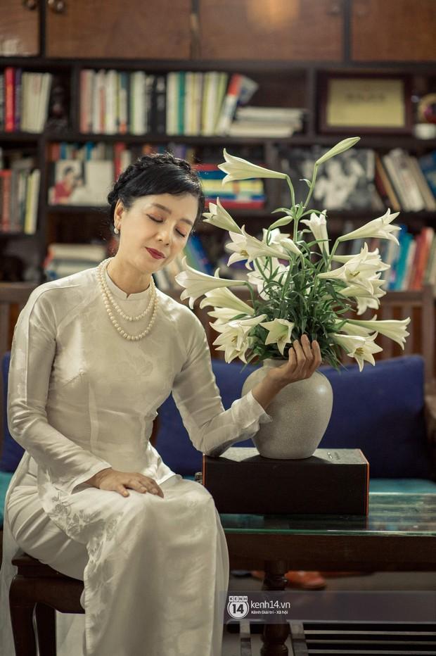 Hà Nội tháng 4: Hoa loa kèn nở e ấp trên phố, từng cánh trắng muốt và thoảng hương dịu ngọt - Ảnh 7.