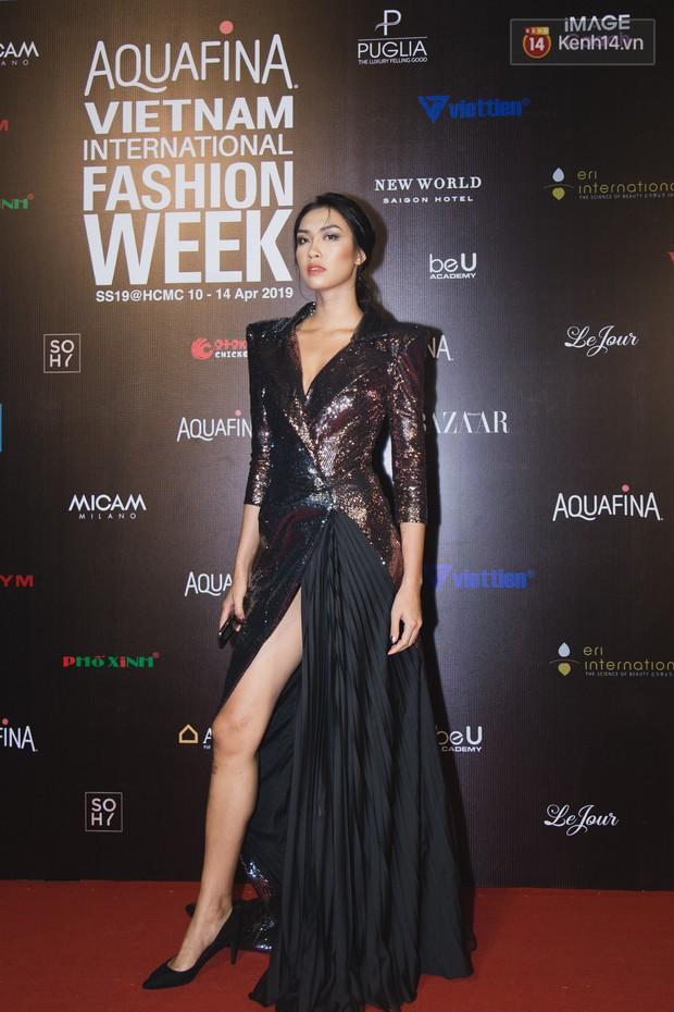 Linh Chi - Lâm Vinh Hải trông như cô dâu chú rể, Cindy Thái Tài lại hở bạo hết sức trên thảm đỏ Tuần lễ thời trang - Ảnh 15.