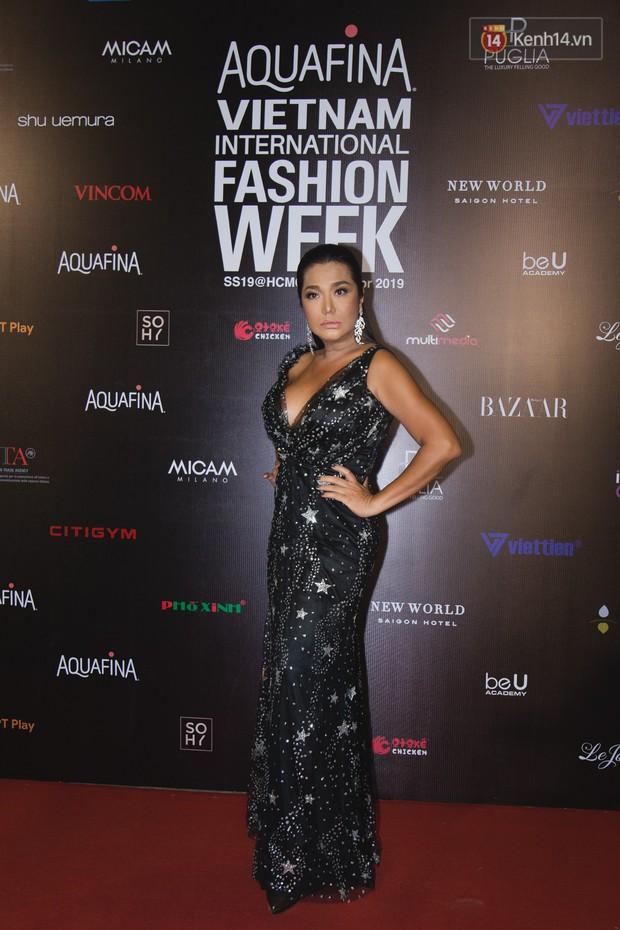 Linh Chi - Lâm Vinh Hải trông như cô dâu chú rể, Cindy Thái Tài lại hở bạo hết sức trên thảm đỏ Tuần lễ thời trang - Ảnh 3.