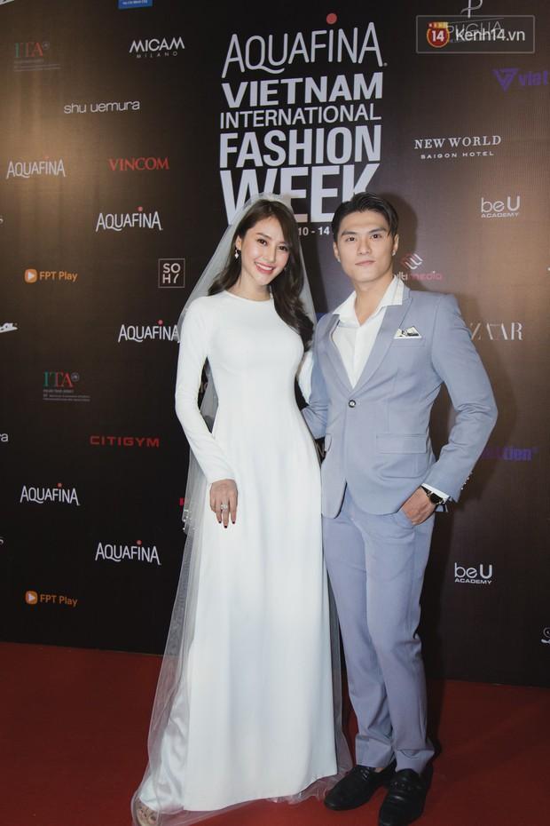 Linh Chi - Lâm Vinh Hải trông như cô dâu chú rể, Cindy Thái Tài lại hở bạo hết sức trên thảm đỏ Tuần lễ thời trang - Ảnh 2.