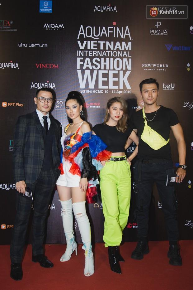 Linh Chi - Lâm Vinh Hải trông như cô dâu chú rể, Cindy Thái Tài lại hở bạo hết sức trên thảm đỏ Tuần lễ thời trang - Ảnh 16.