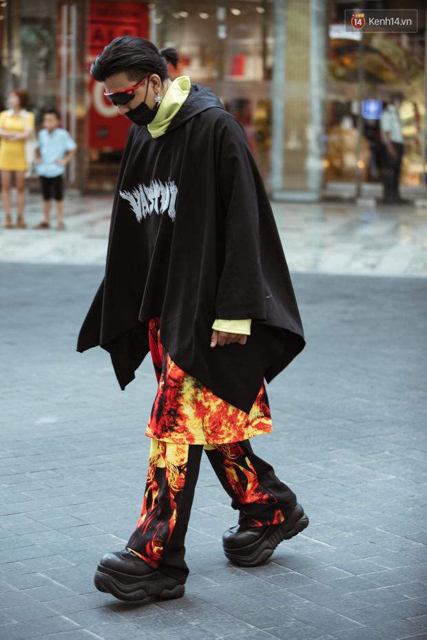 Street style ngày 4 Tuần lễ thời trang: không còn alien, thay vào đó là cô dâu giá đáo và cuộc thi ai chịu ngốt giỏi hơn - Ảnh 4.