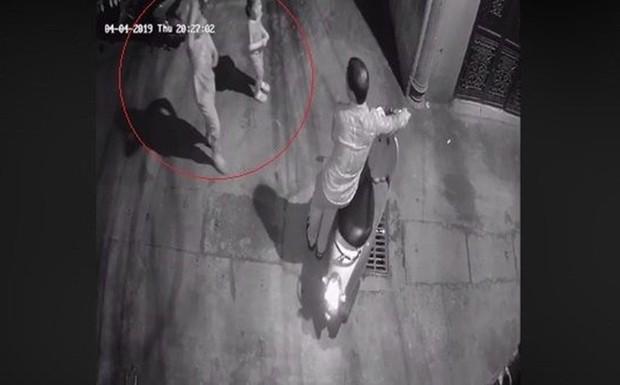 Tạm giữ hình sự người đàn ông nghi sàm sỡ 2 bé gái trong ngõ tối ở Hà Nội - Ảnh 1.