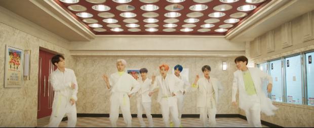 Đây là thứ ấn tượng đọng lại ngay khi mọt phim xem MV Boy With Luv của BTS - Ảnh 4.