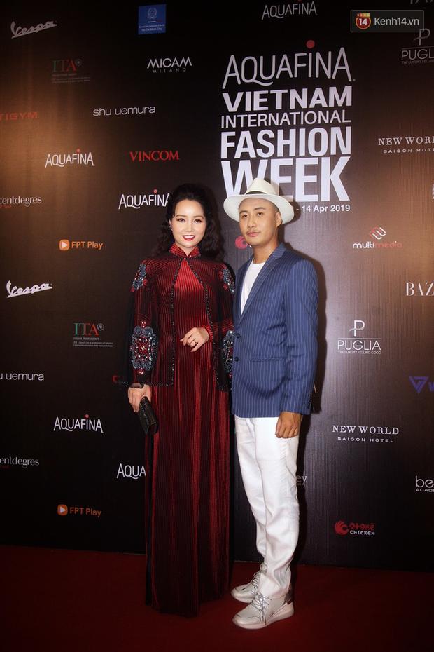 Linh Chi - Lâm Vinh Hải trông như cô dâu chú rể, Cindy Thái Tài lại hở bạo hết sức trên thảm đỏ Tuần lễ thời trang - Ảnh 11.