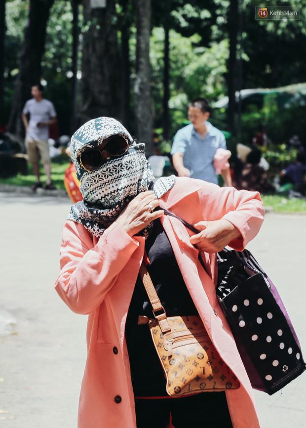 Hàng ngàn người đổ về khu vui chơi ở Sài Gòn trốn nắng nóng gần 40 độ trong ngày nghỉ lễ - Ảnh 11.