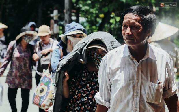 Hàng ngàn người đổ về khu vui chơi ở Sài Gòn trốn nắng nóng gần 40 độ trong ngày nghỉ lễ - Ảnh 10.