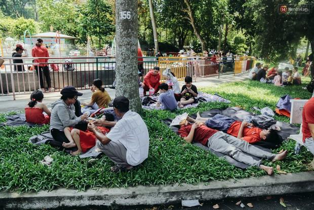 Hàng ngàn người đổ về khu vui chơi ở Sài Gòn trốn nắng nóng gần 40 độ trong ngày nghỉ lễ - Ảnh 7.