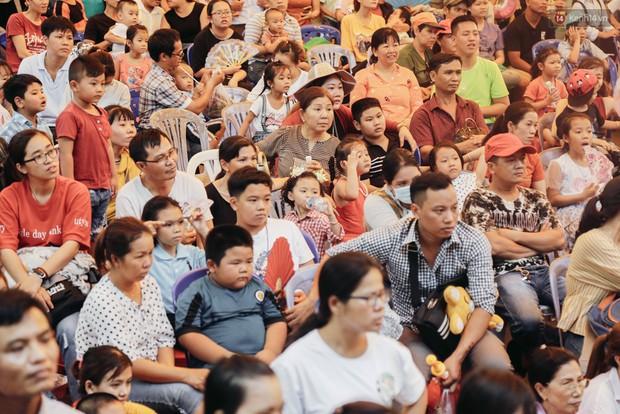 Hàng ngàn người đổ về khu vui chơi ở Sài Gòn trốn nắng nóng gần 40 độ trong ngày nghỉ lễ - Ảnh 5.