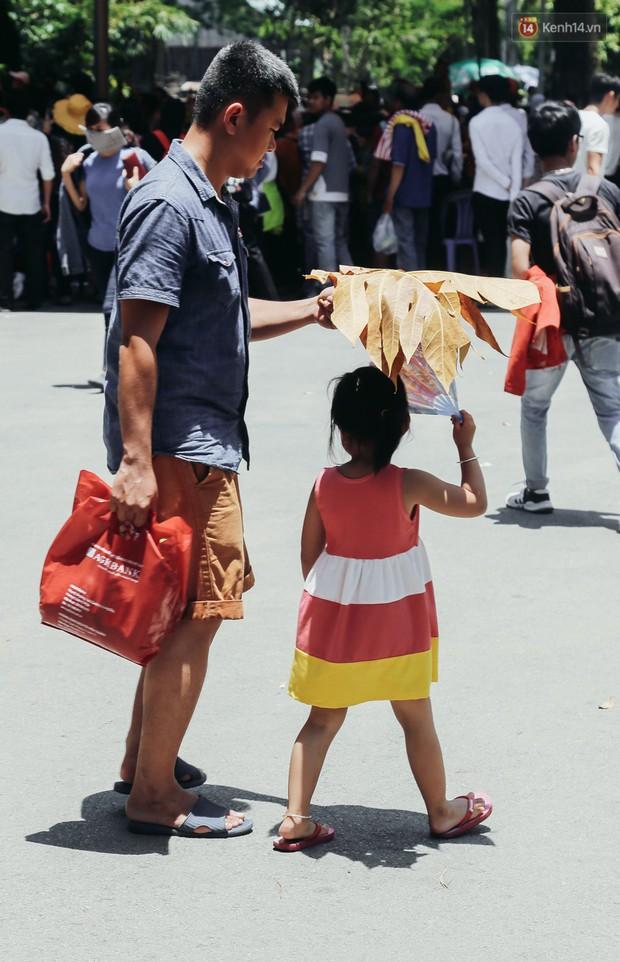 Hàng ngàn người đổ về khu vui chơi ở Sài Gòn trốn nắng nóng gần 40 độ trong ngày nghỉ lễ - Ảnh 9.
