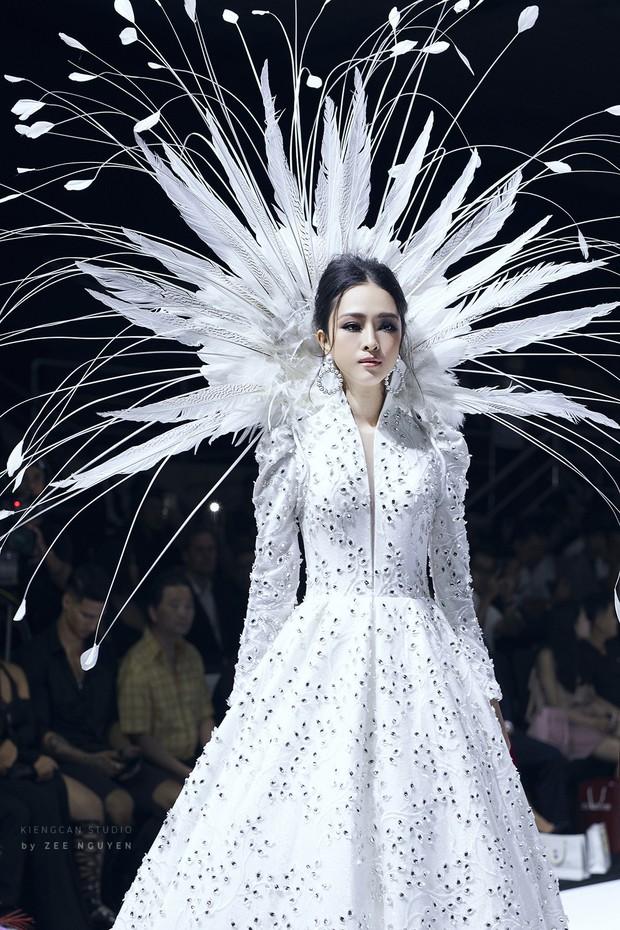 Tuần lễ thời trang: Trương Hồ Phương Nga bất ngờ làm vedette nhưng gây trầm trồ nhất chính là nhan sắc nghiêng nước nghiêng thành - Ảnh 4.