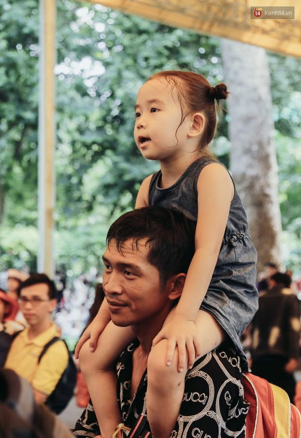 Hàng ngàn người đổ về khu vui chơi ở Sài Gòn trốn nắng nóng gần 40 độ trong ngày nghỉ lễ - Ảnh 4.