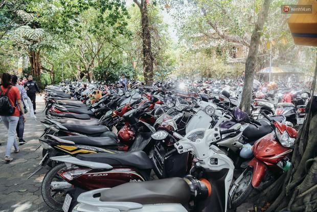 Hàng ngàn người đổ về khu vui chơi ở Sài Gòn trốn nắng nóng gần 40 độ trong ngày nghỉ lễ - Ảnh 1.