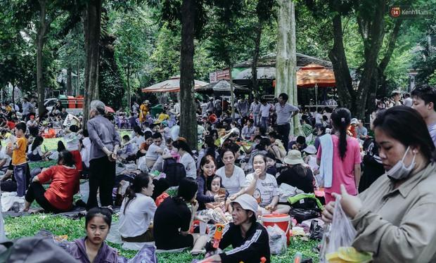 Hàng ngàn người đổ về khu vui chơi ở Sài Gòn trốn nắng nóng gần 40 độ trong ngày nghỉ lễ - Ảnh 6.