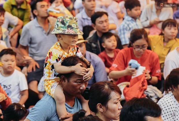 Hàng ngàn người đổ về khu vui chơi ở Sài Gòn trốn nắng nóng gần 40 độ trong ngày nghỉ lễ - Ảnh 3.
