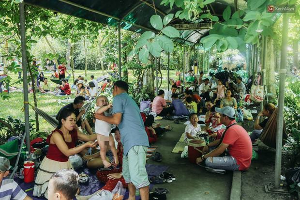 Hàng ngàn người đổ về khu vui chơi ở Sài Gòn trốn nắng nóng gần 40 độ trong ngày nghỉ lễ - Ảnh 14.