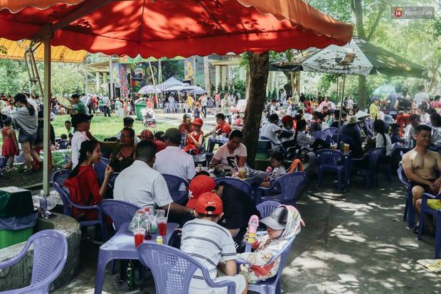Hàng ngàn người đổ về khu vui chơi ở Sài Gòn trốn nắng nóng gần 40 độ trong ngày nghỉ lễ - Ảnh 13.
