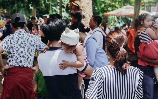 Hàng ngàn người đổ về khu vui chơi ở Sài Gòn trốn nắng nóng gần 40 độ trong ngày nghỉ lễ - Ảnh 12.
