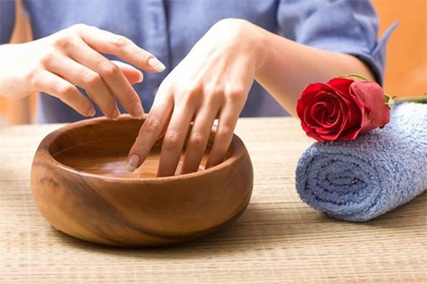 Phải làm gì khi thấy móng tay quá giòn, mỏng và dễ gãy? - Ảnh 2.