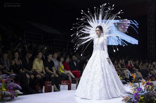 Tuần lễ thời trang: Trương Hồ Phương Nga bất ngờ làm vedette nhưng gây trầm trồ nhất chính là nhan sắc nghiêng nước nghiêng thành - Ảnh 3.