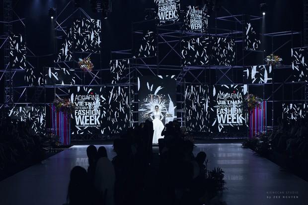 Tuần lễ thời trang: Trương Hồ Phương Nga bất ngờ làm vedette nhưng gây trầm trồ nhất chính là nhan sắc nghiêng nước nghiêng thành - Ảnh 2.