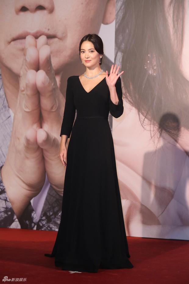 Lễ trao giải Kim Tượng: Song Hye Kyo bị chê hơi dừ, Hồ Định Hân ra sức chặt chém dàn mỹ nhân khoe body hết cỡ - Ảnh 4.