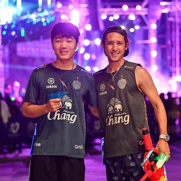 Xuân Trường và các đồng đội quẩy tưng bừng trong lễ hội té nước hoành tráng tại Thái Lan - Ảnh 1.