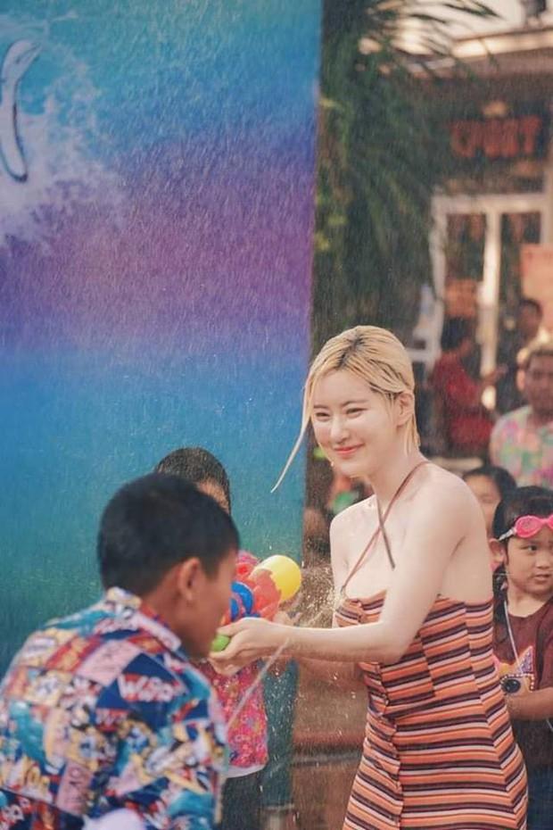 Phát hiện cô nàng chiếm spotlight tại Tết té nước Songkran, tìm info mới biết hóa ra là người quen - Ảnh 1.