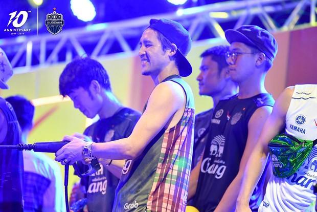 Xuân Trường và các đồng đội quẩy tưng bừng trong lễ hội té nước hoành tráng tại Thái Lan - Ảnh 3.