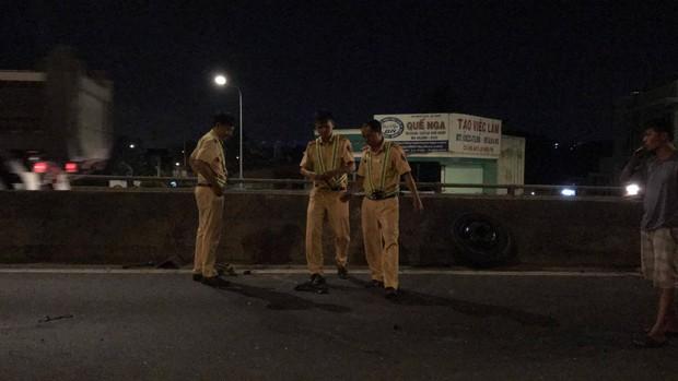 Tai nạn liên hoàn trên cầu vượt An Sương, mảnh vỡ xe tải rơi trúng đầu một nam tài xế GrabBike - Ảnh 2.