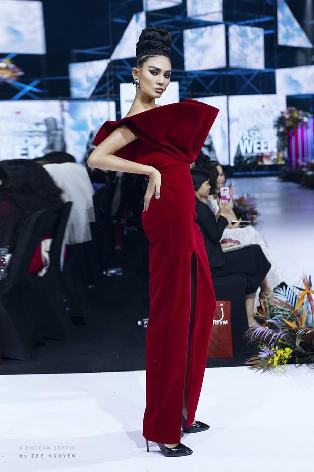 Tuần lễ thời trang: Trương Hồ Phương Nga bất ngờ làm vedette nhưng gây trầm trồ nhất chính là nhan sắc nghiêng nước nghiêng thành - Ảnh 8.