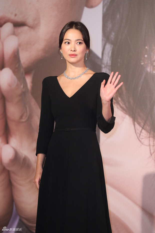 Lễ trao giải Kim Tượng: Song Hye Kyo bị chê hơi dừ, Hồ Định Hân ra sức chặt chém dàn mỹ nhân khoe body hết cỡ - Ảnh 3.