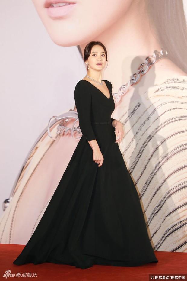 Lễ trao giải Kim Tượng: Song Hye Kyo bị chê hơi dừ, Hồ Định Hân ra sức chặt chém dàn mỹ nhân khoe body hết cỡ - Ảnh 5.