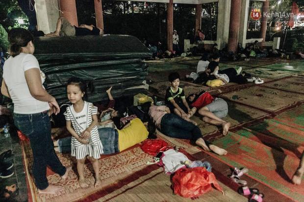 Chùm ảnh: Du khách thuê bạt 150k/đêm nằm ngủ la liệt ngoài trời, xung quanh những thùng rác thải chất đống tại đền Hùng - Ảnh 3.