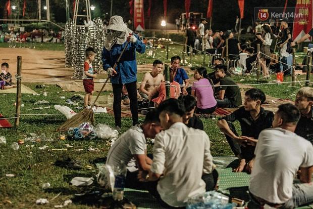 Chùm ảnh: Du khách thuê bạt 150k/đêm nằm ngủ la liệt ngoài trời, xung quanh những thùng rác thải chất đống tại đền Hùng - Ảnh 11.